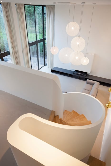 Open trap naar dubbelhoge woonkamer: modern  door ara | antonia reif architectuur, Modern