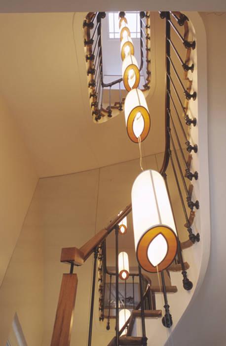 escalier eclairage central: Couloir et hall d'entrée de style  par Claire Dargaud - roulez jeunesse