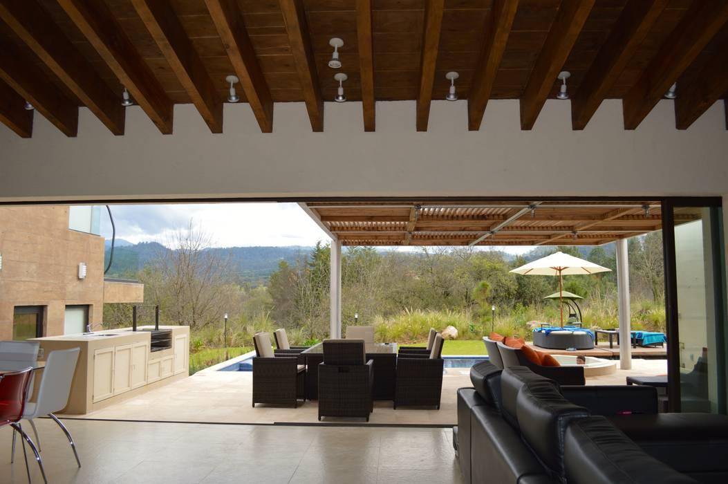 Vista desde la estancia hacia el exterior. El cancel corredizo permite la integración total de la terraza con la estancia. Balcones y terrazas modernos de Revah Arqs Moderno