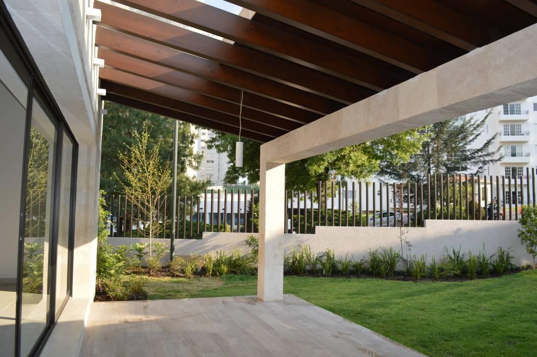 Casa en Interlomas Balcones y terrazas modernos de Revah Arqs Moderno