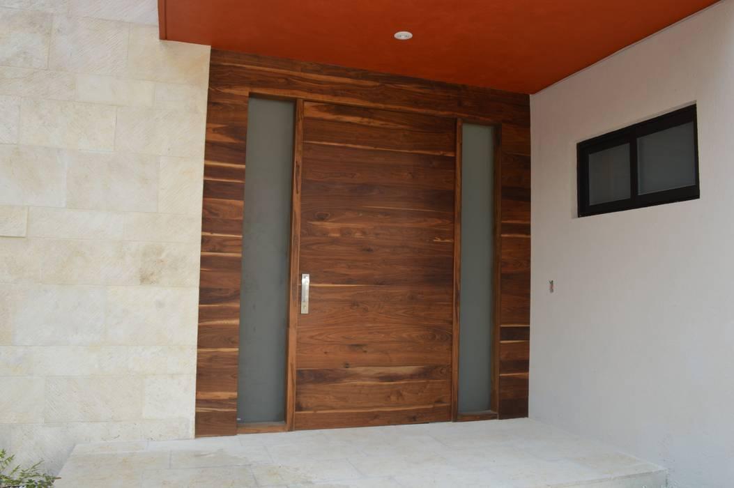 Puerta de acceso principal Puertas y ventanas modernas de Revah Arqs Moderno