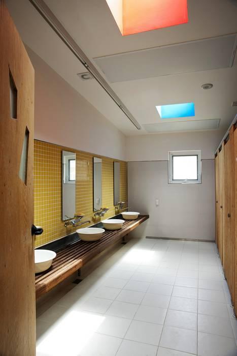 Toilet KAWA Design Group Baños de estilo moderno