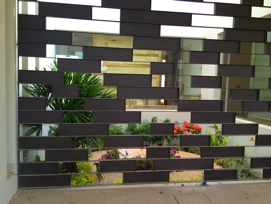 Casa Z-26. Jardín interior con celosía metálica.: Jardines de estilo  por EcoEntorno Paisajismo Urbano,