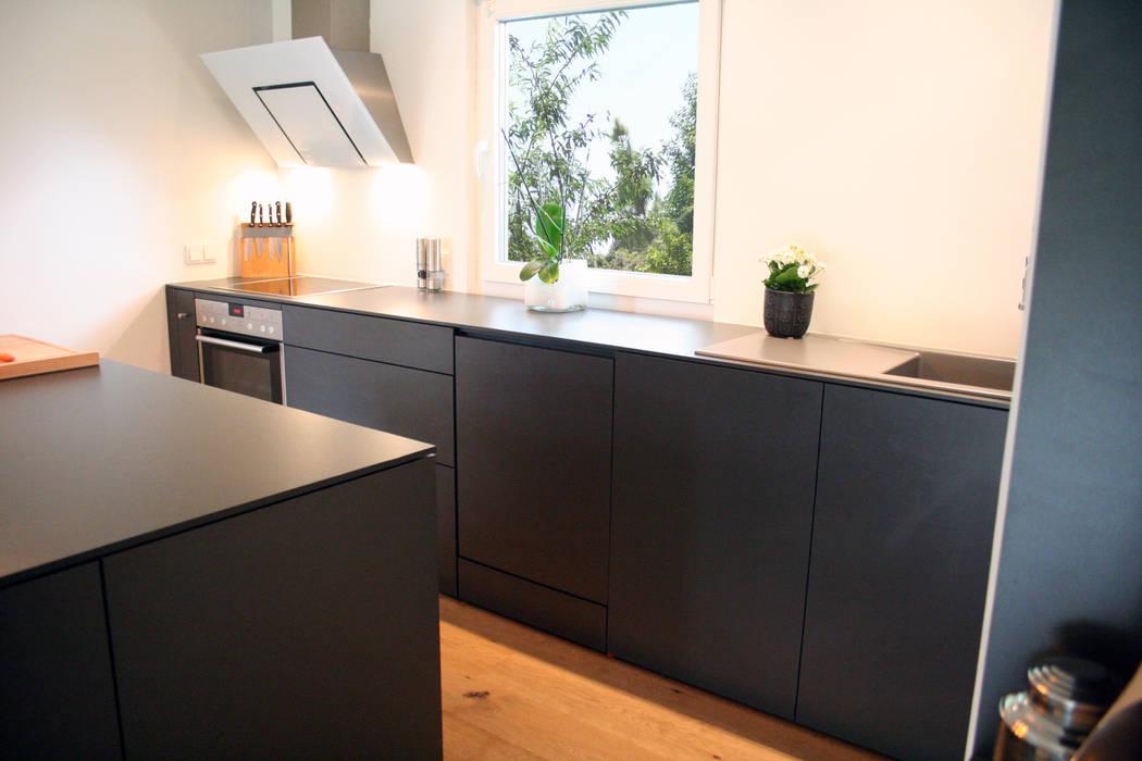 Küche ohne hängeschränke- grifflos: moderne küche von lico design ...