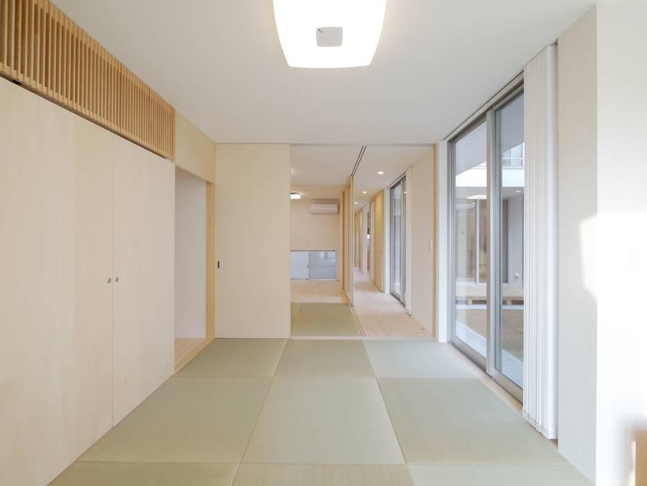 2F Deck house: 開建築設計事務所が手掛けた寝室です。,モダン