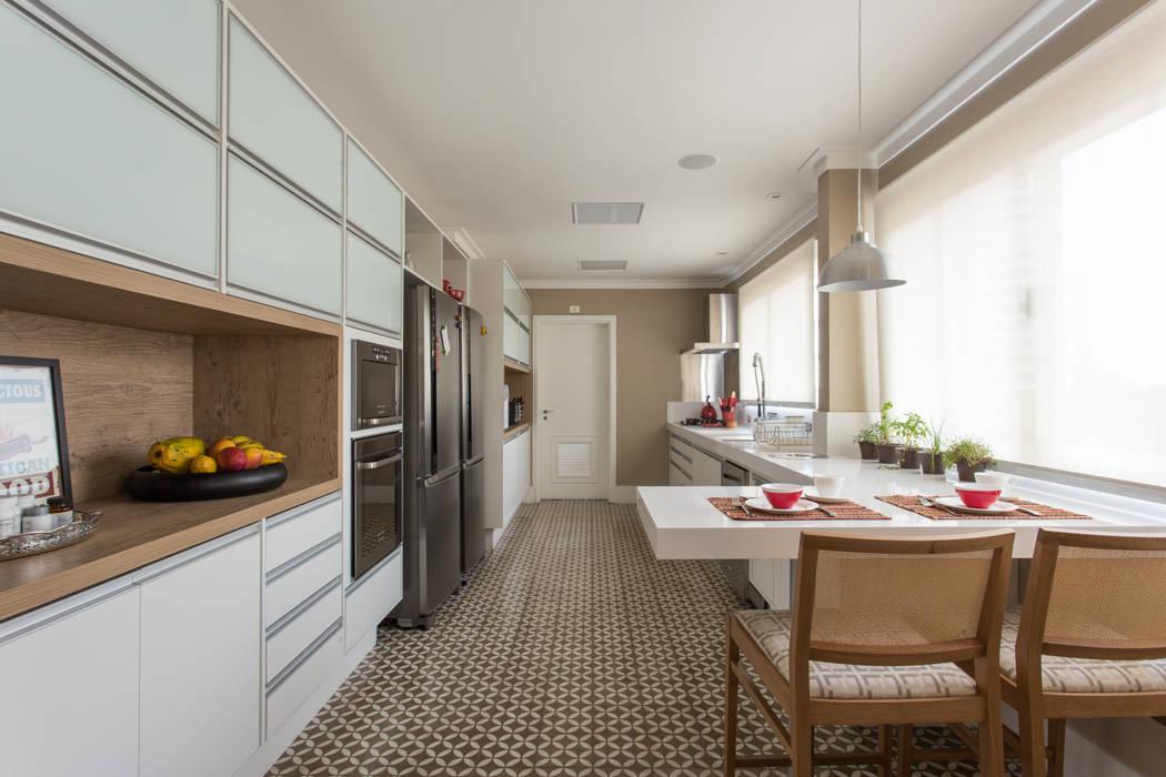 Apartamento Campo Belo 02: Cozinhas  por Karen Pisacane ,