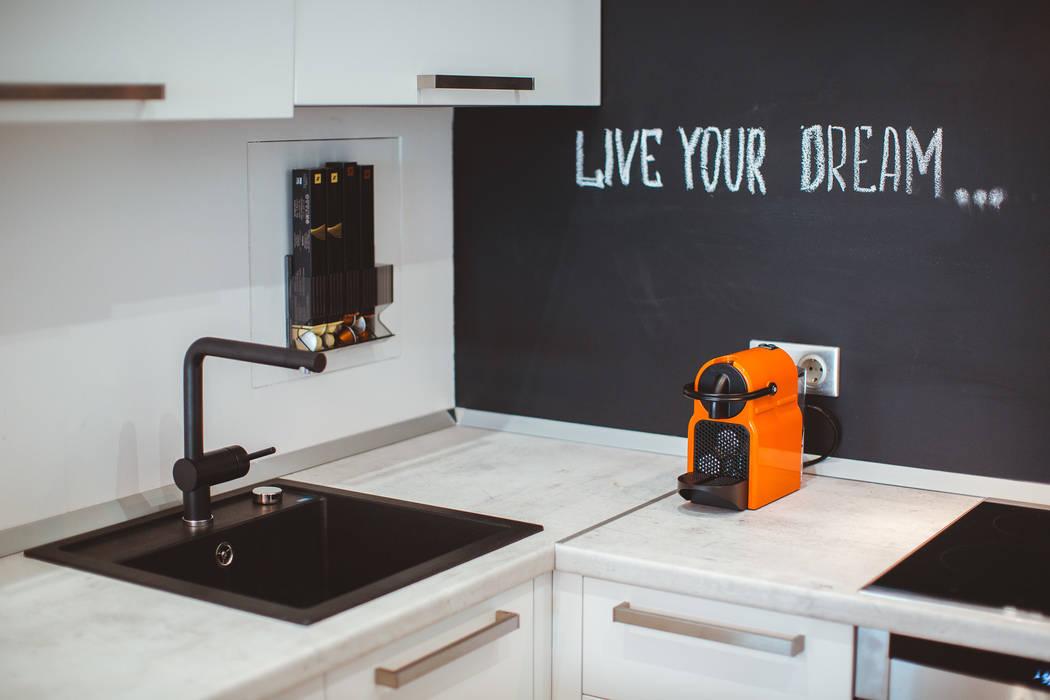 Грифельная стена в апартаментах в стиле лофт: Кухни в . Автор – IdeasMarket