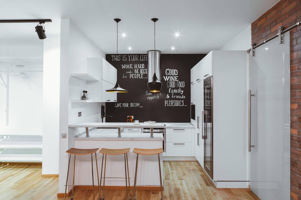 Грифельная стена в апартаментах в стиле лофт: Кухни в . Автор – IdeasMarket, Лофт