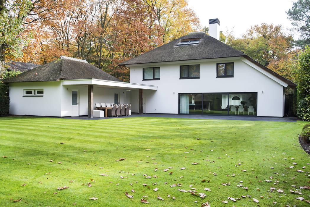 Eigentijds wonen in een rietgedekte villa moderne huizen door