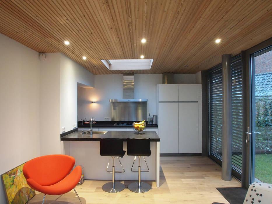Zicht op de keuken vanuit de tuinkamer:  Serre door Roorda Architectural Studio