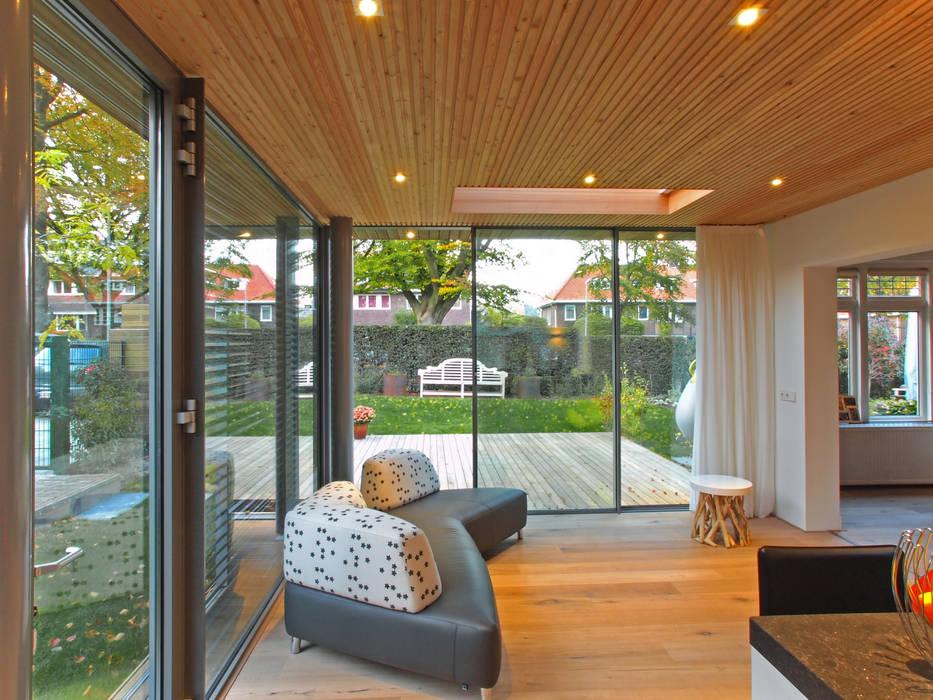 Zicht vanaf tuinkamer naar tuin:  Serre door Roorda Architectural Studio