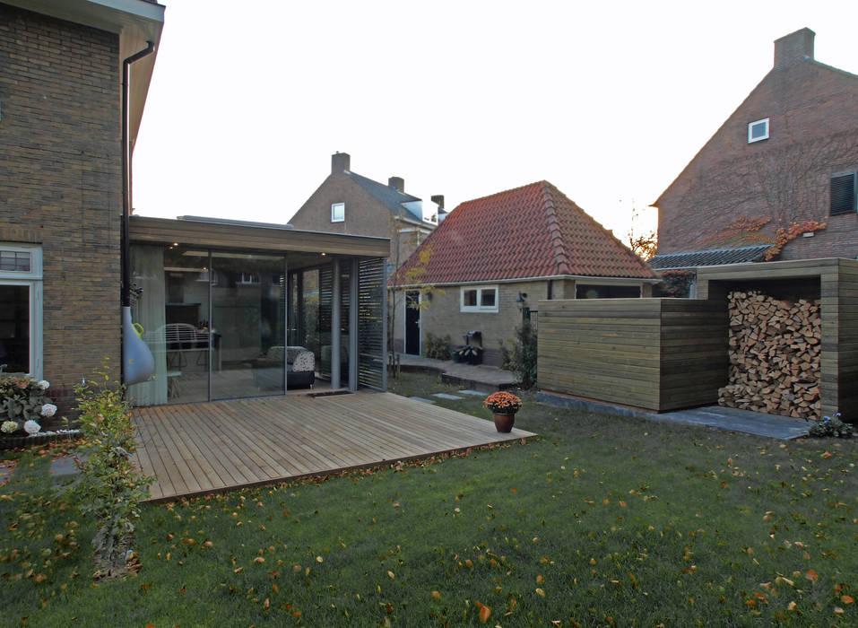 Zicht op de tuinkamer en de opslagruimte Moderne serres van Roorda Architectural Studio Modern