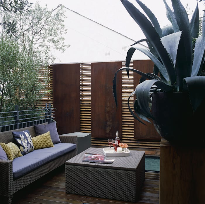 Terrace with decorative copper panels containing lighting and architectural planting. Space Alchemy Ltd Jardin moderne