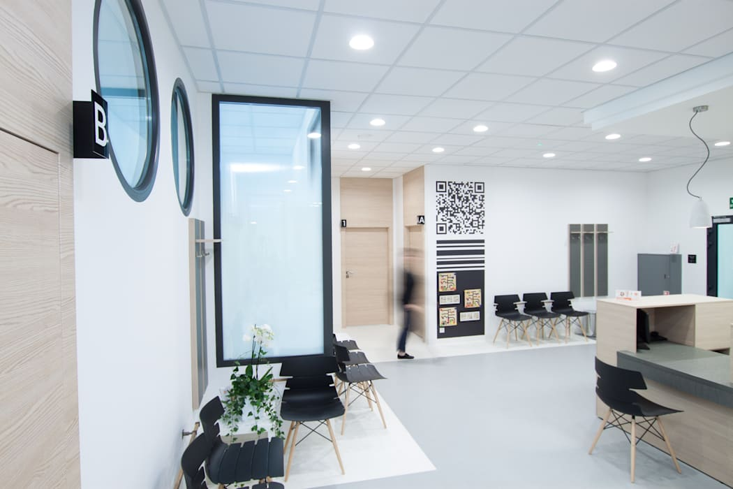 Poczekalnia z recepcją: styl , w kategorii Kliniki zaprojektowany przez Kraupe Studio