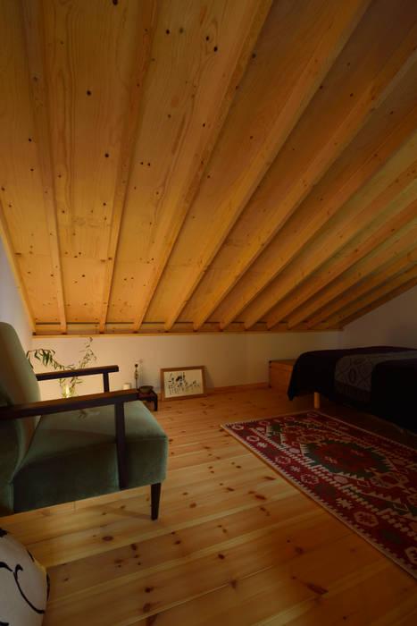 ロフトを利用した来客用寝室: (株)バウハウスが手掛けた寝室です。