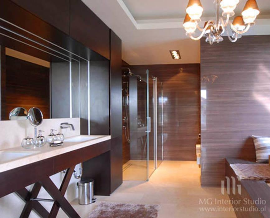 Dom Klasyczna łazienka od MG Interior Studio Michał Głuszak Klasyczny