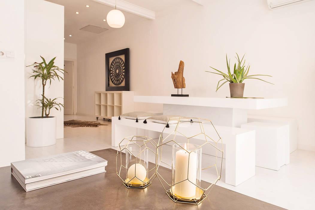 Markham Stagers Minimalist living room White