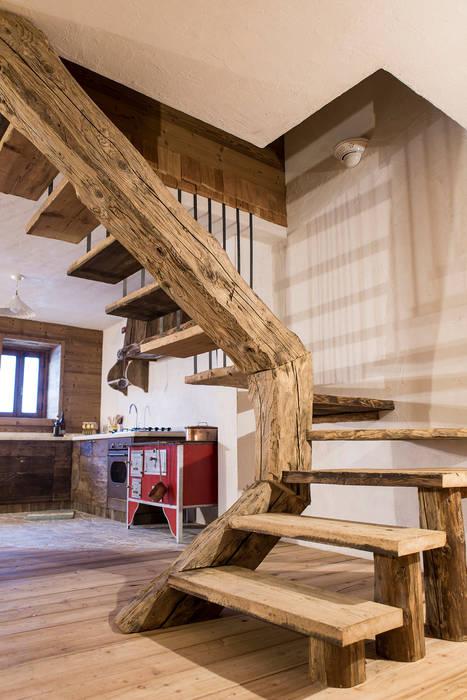 Couloir, entrée, escaliers rustiques par RI-NOVO Rustique