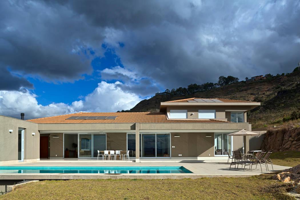Fachada Posterior: Casas  por Lage Caporali Arquitetas Associadas,
