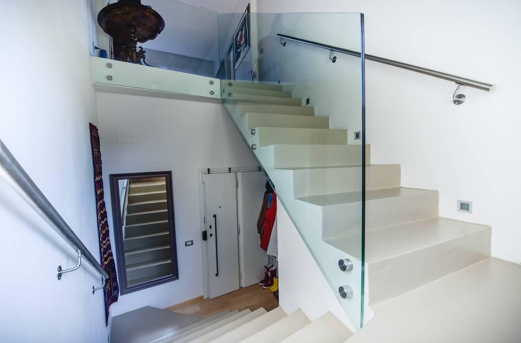 Seconda rampa: Ingresso & Corridoio in stile  di Studio Prospettiva