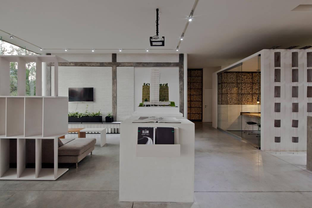 Salas multimedia de estilo  de Taller David Dana, Moderno