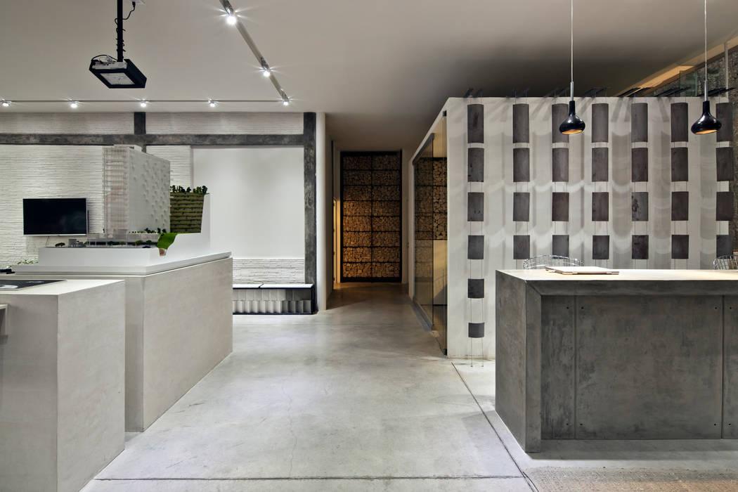 Modern Corridor, Hallway and Staircase by Taller David Dana Modern