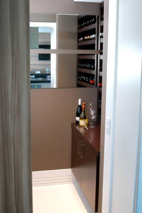 Adega integrada a cozinha/espaço gourmet: Adegas  por Flavia Caldeira Bruno Arquitetura e Interiores,