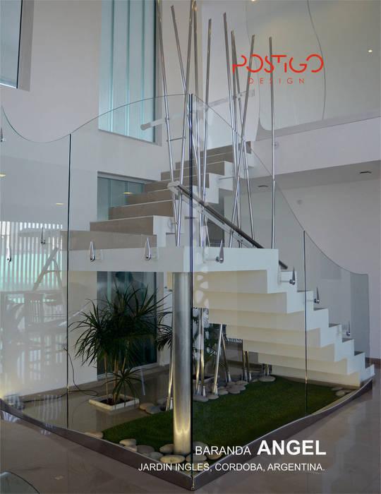 Piel de Cristal: Pasillos y recibidores de estilo  por Postigo design