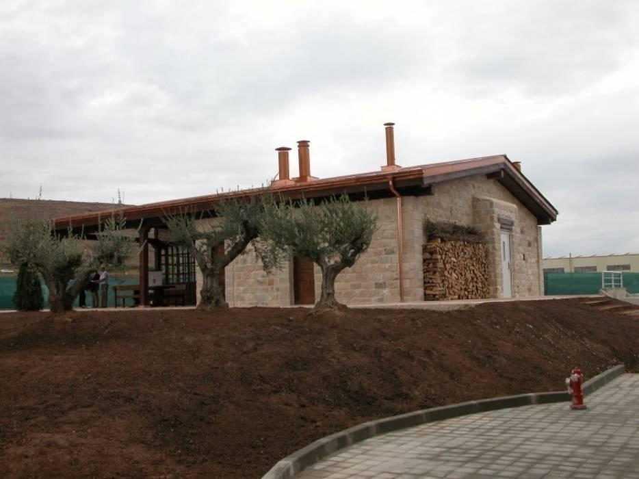 BODEGA Y MERENDERO PARA WURTH ESPAÑA S.A. AGONCILLO. LA RIOJA.: Bodegas de estilo  de Estudio A. Devalle-Granell Arquitectura., Rústico