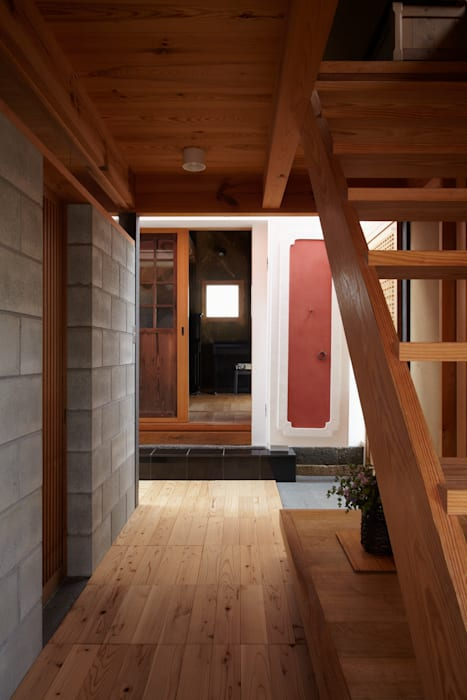 Country style corridor, hallway& stairs by 平野建築設計室 Country