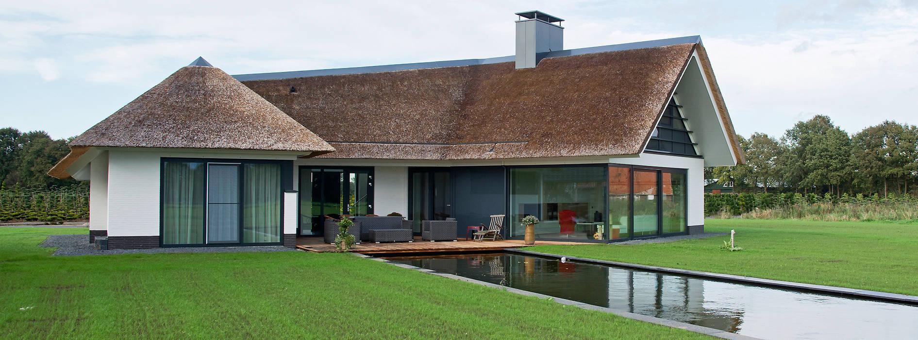 Rietgedekte villa te borne huizen door building design for Huizen architectuur