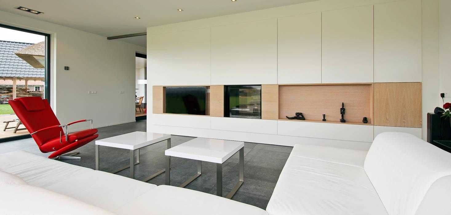 Kastenwand als afscheiding tussen keuken en woonkamer Moderne woonkamers van Building Design Architectuur Modern