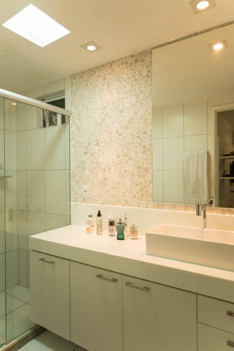 Apartamento Neutro: Banheiros  por Lina Eleutério Arquitetura,