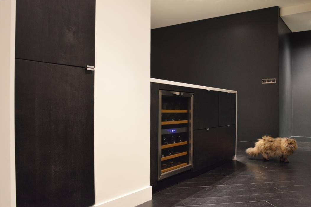 Cuisine en chêne noir teinté et quartz blanc aspect marbre: Cuisine de style de style Moderne par Agence MIND