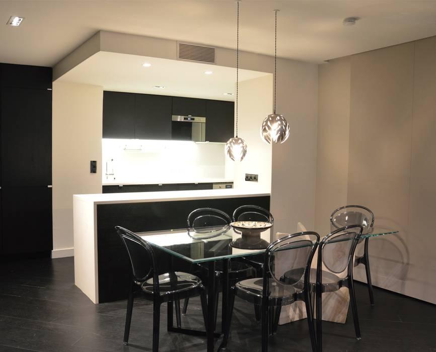 Salle à manger et cuisine ouverte aux contrastes Noir et Blanc très chic: Salle à manger de style de style Moderne par Agence MIND