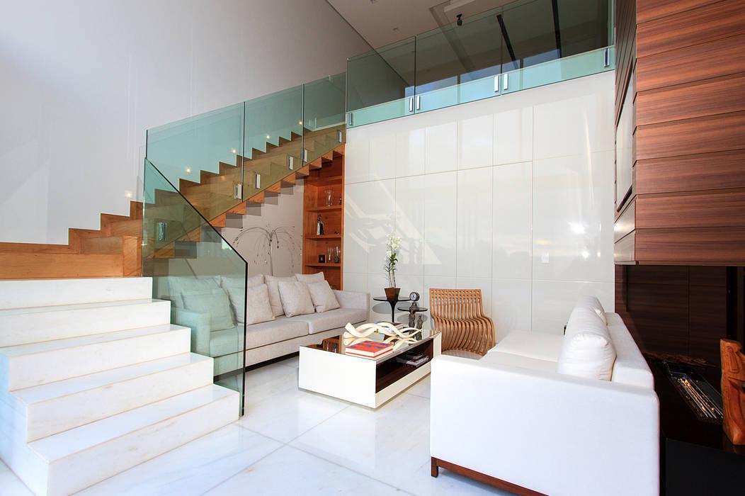 Casa Alphaville | Cond. das Árvores Maina Harboe Arquitetura Corredores, halls e escadas modernos