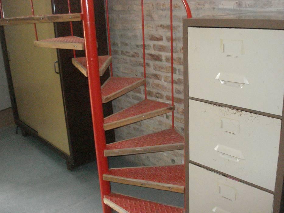 rojo: Estudios y oficinas de estilo  por CRISTINA FORNO