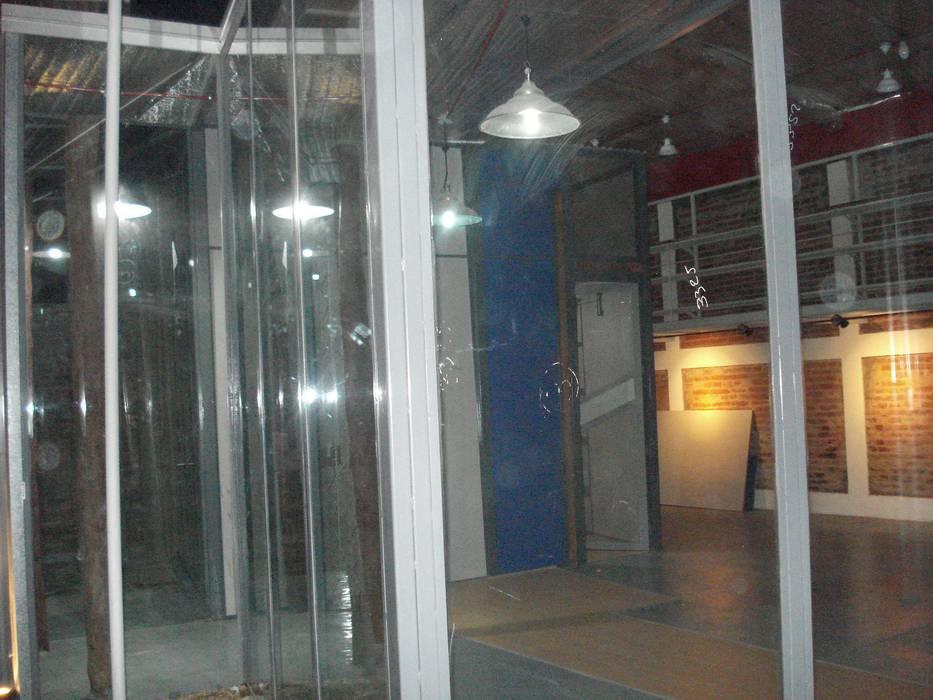 el ámbar y el azul y el gris Estudios y oficinas modernos de CRISTINA FORNO Moderno Ladrillos