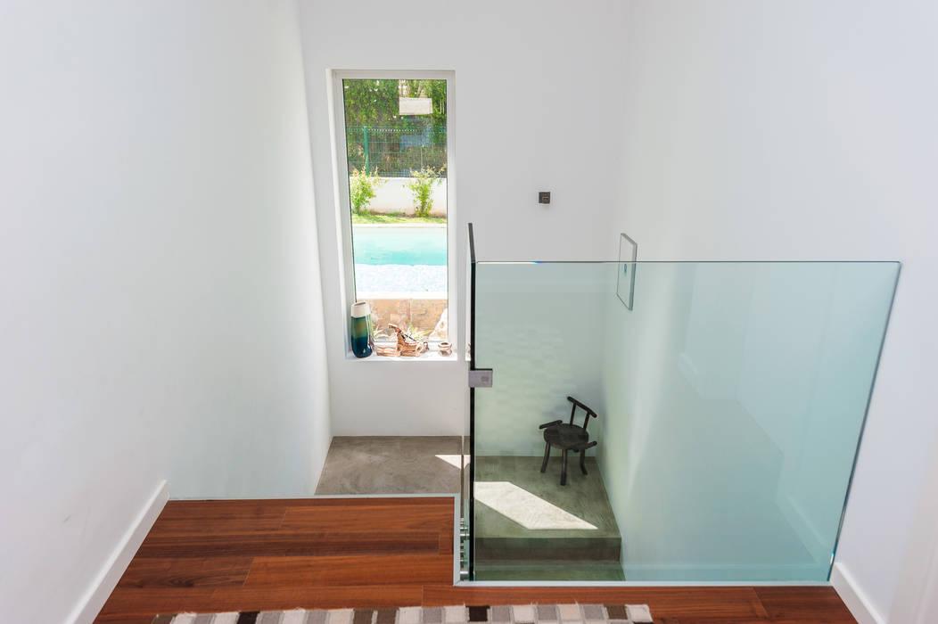 Modern Corridor, Hallway and Staircase by shfa Modern