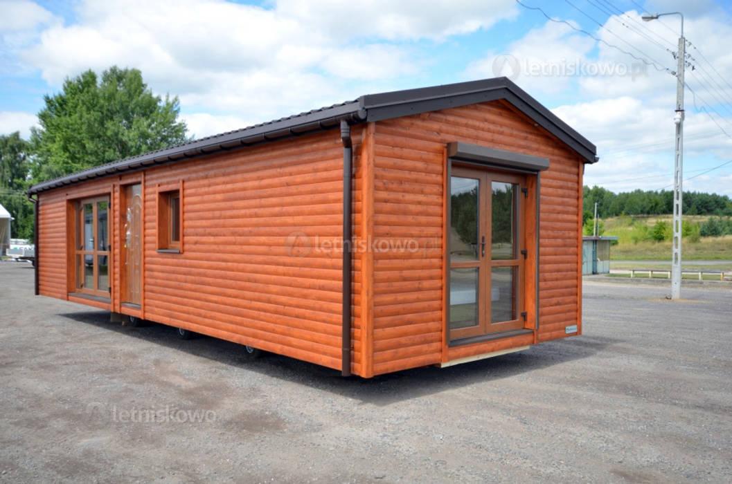 Całoroczny domek drewniany 12x4m - Domek mobilny na kołach od Letniskowo.pl Sp. z o.o. Sp.k. Klasyczny Drewno O efekcie drewna