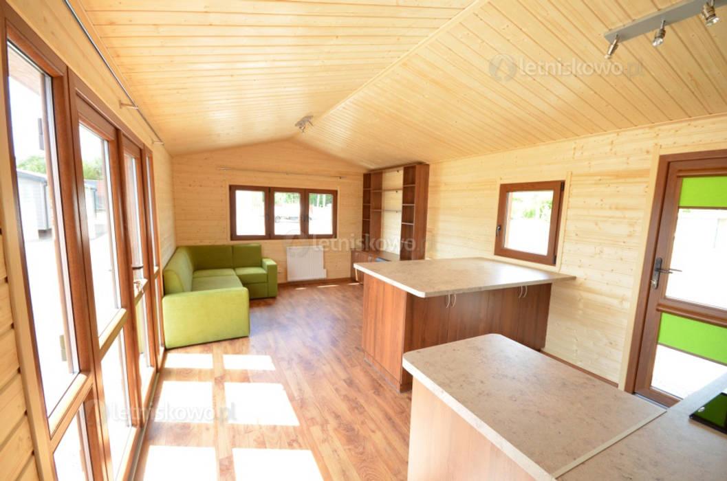 Klassische Wohnzimmer von Letniskowo.pl Sp. z o.o. Sp.k. Klassisch Holz Holznachbildung
