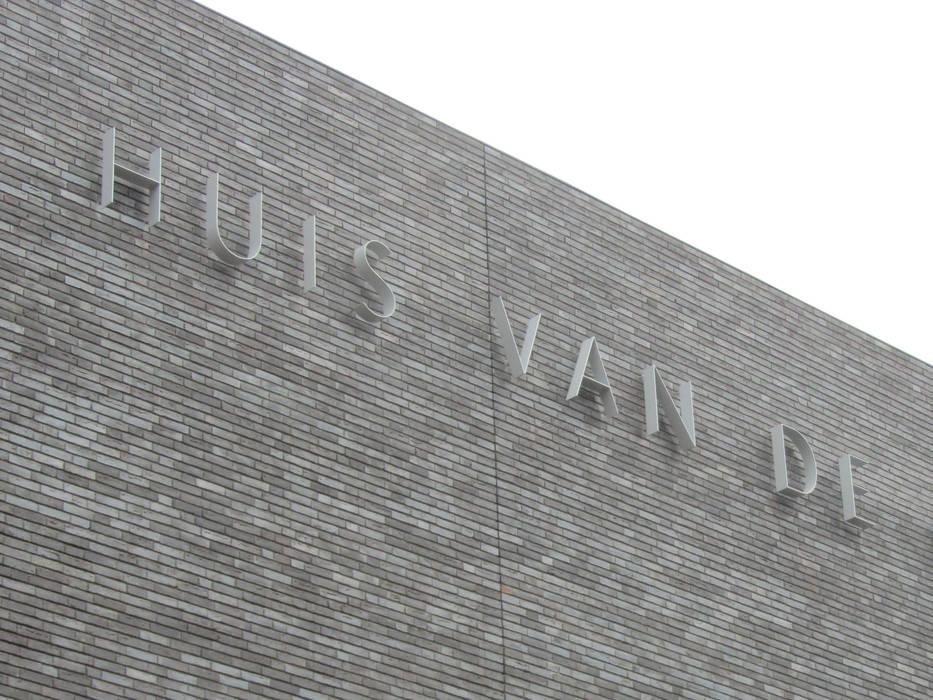 RVS gevelbelettering uit strip:  Kantoor- & winkelruimten door Kouwenbergh Machinefabriek B.V.