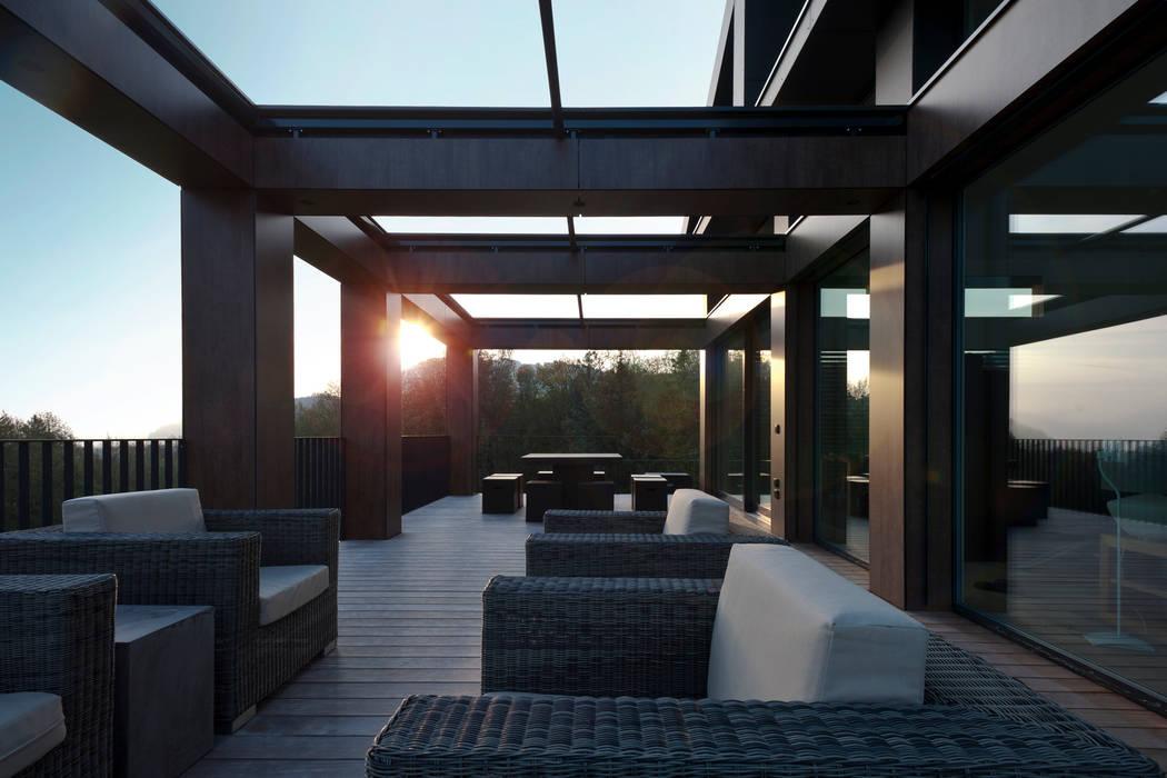 "EFH - ""SOLAR PUZZLE"" Moderner Balkon, Veranda & Terrasse von SimmenGroup Holding AG Modern"
