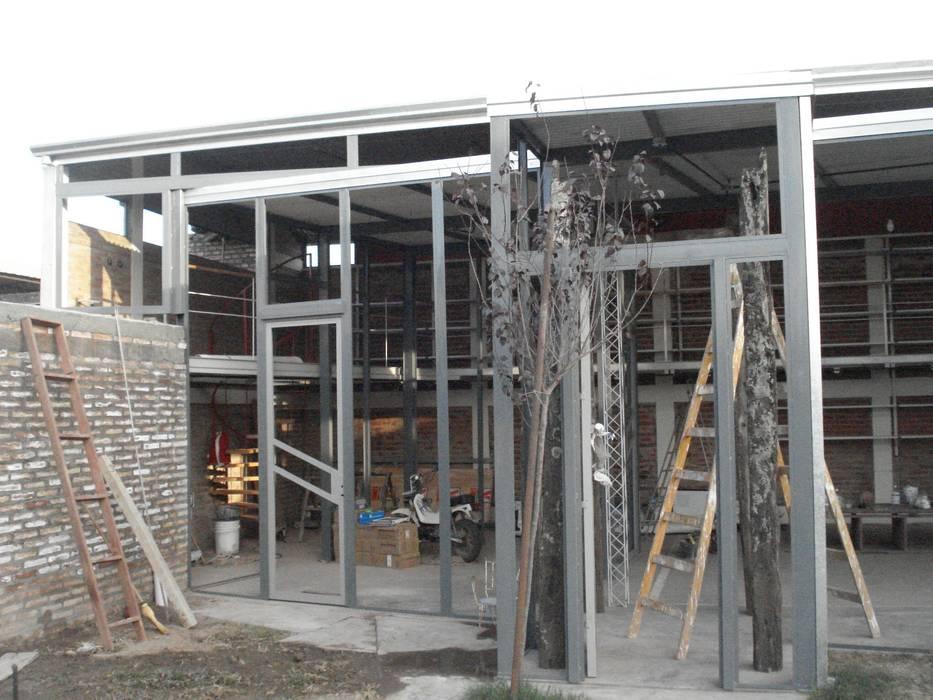 hierro: Estudios y oficinas de estilo moderno por CRISTINA FORNO