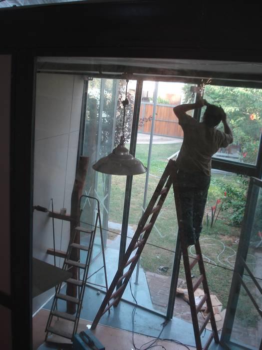 luminarias: Estudios y oficinas de estilo moderno por CRISTINA FORNO