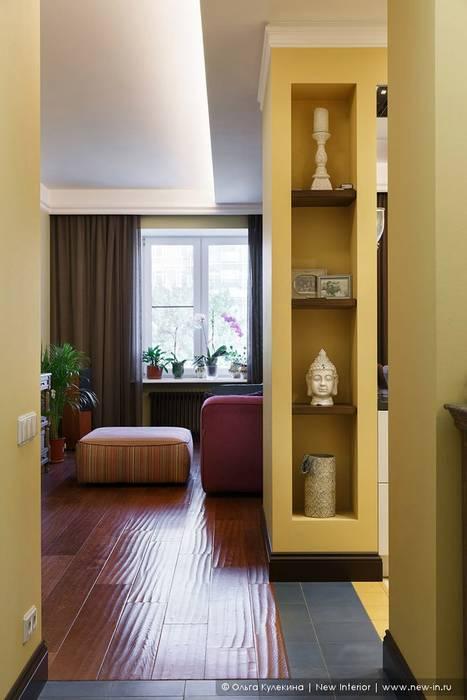 Couloir, entrée, escaliers coloniaux par Ольга Кулекина - New Interior Colonial