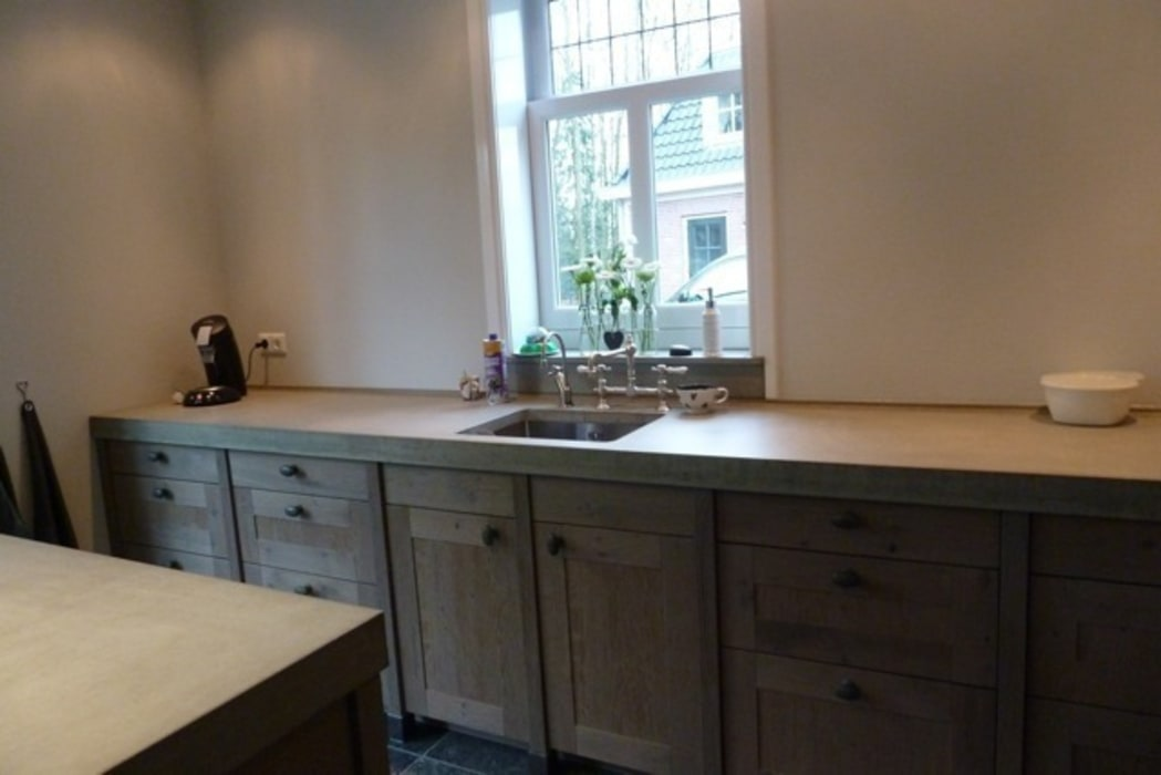 Betonnen werkblad met ondergebouwde spoelbak :  Keuken door de Lange keukens, Landelijk
