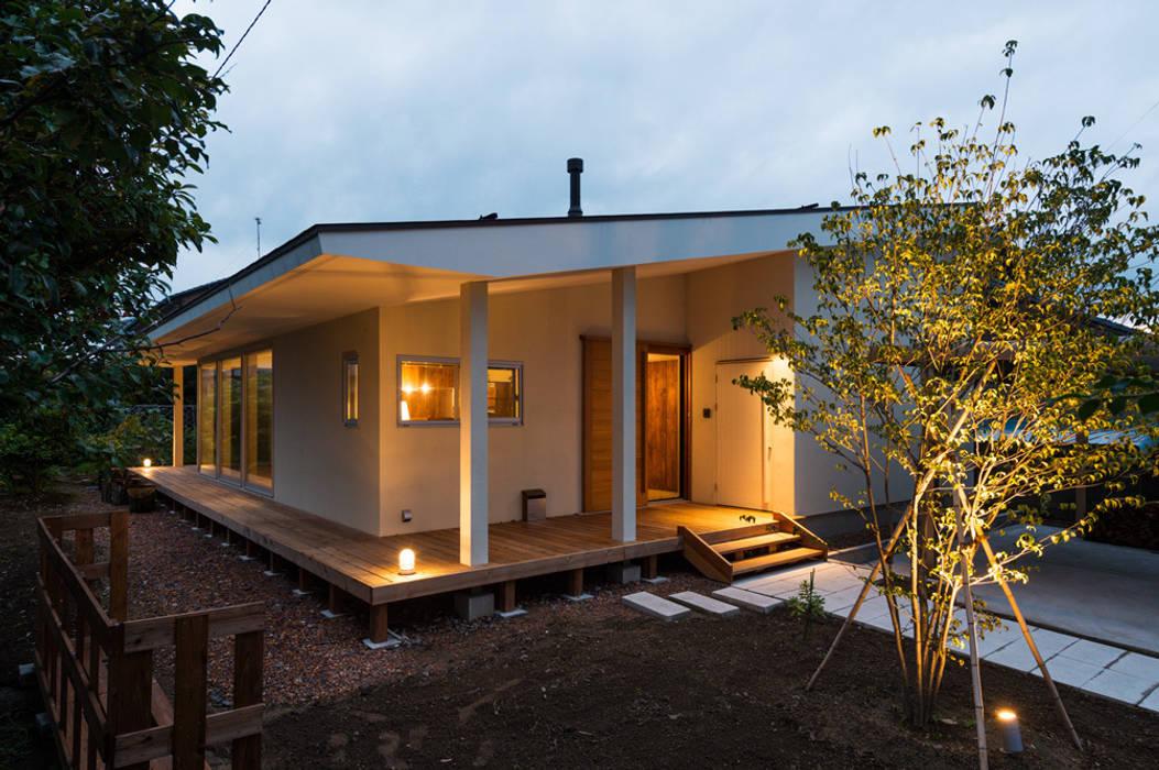 Casas de estilo moderno de エヌ スケッチ Moderno
