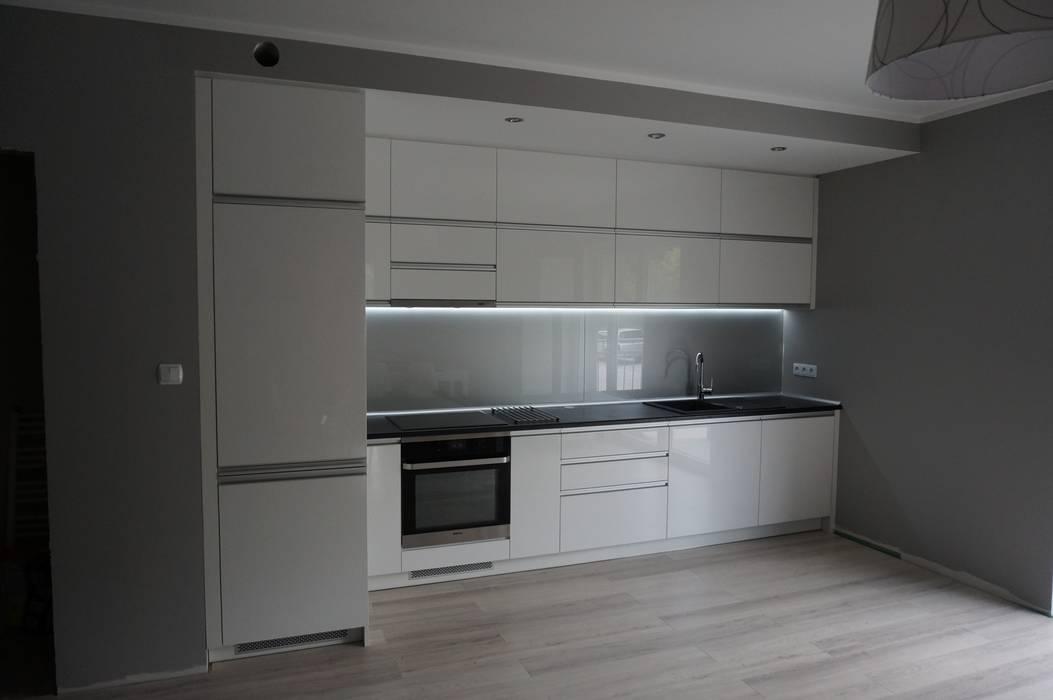 Nowoczesna kuchnia, fronty akrylowe w połysku.: styl , w kategorii Kuchnia zaprojektowany przez FILMAR meble