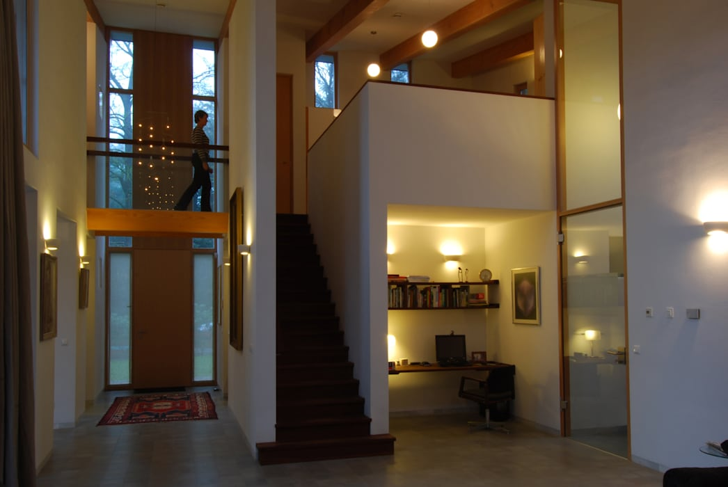 Entreepartij vanuit woonkamer Moderne gangen, hallen & trappenhuizen van Thijssen Verheijden Architecture & Management Modern